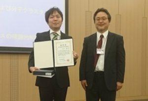 受賞した上田氏(左)と田原太平 分子科学会会長(右)